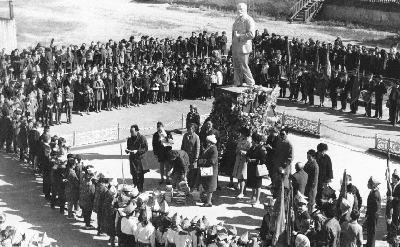 Ленин на стадионе