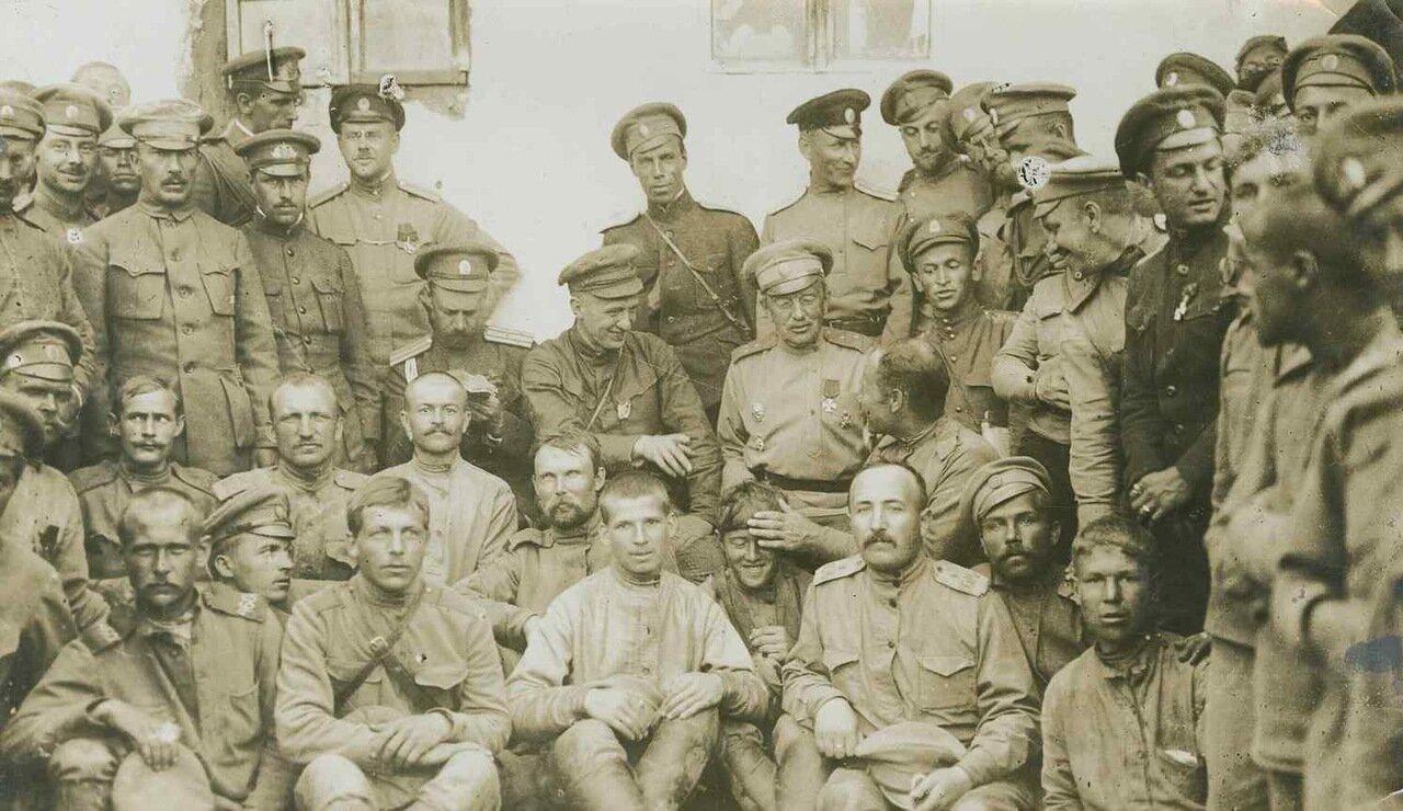 1917. На линии фронта. Керенский среди своих войск. Генерал Ладовский слева