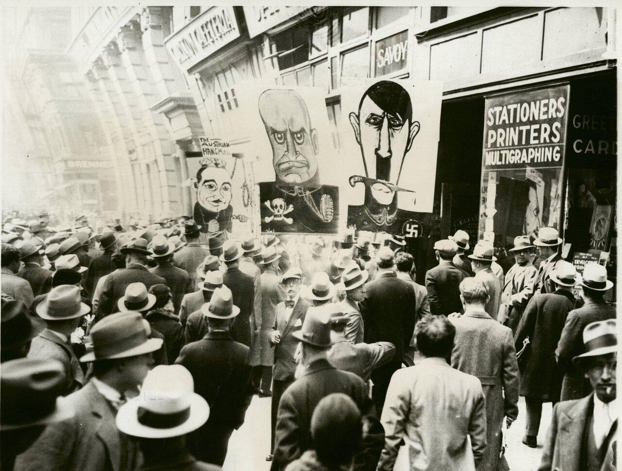 1934. Карикатуры с Муссолини, Гитлером и Дольфусом на первомайской демонстрации в Нью-Йорке