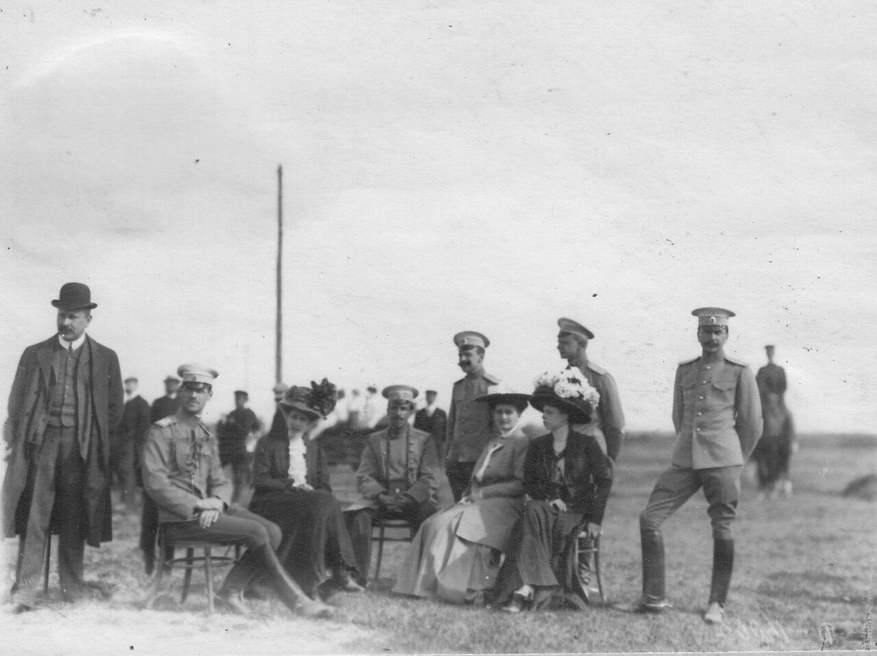 Группа военных у финиша пробега