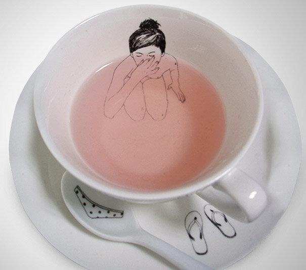 Голландский иллюстратор Esther Horchner  изобразил купальщицу, оставившую свою одежду на блюдце и чайной ложке