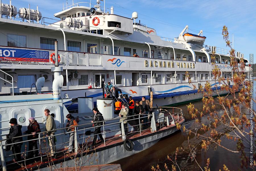 туристы теплохода Василий Чапаев через буксир-толкач Морянка сходят на берег Вятских полян