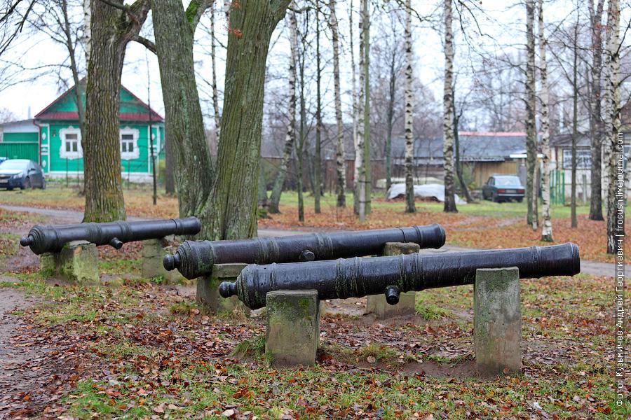 Перед входом в музей установлены пушки, бывшие на вооружении Калязинского Троицкого мужского монастыря