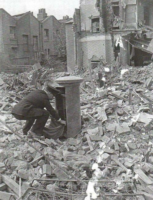 Британский почтальон во время немецких бомбардировок Лондона
