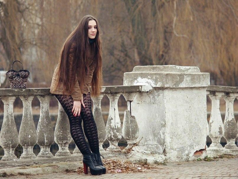 Девушка в городе в черных колготках с узором