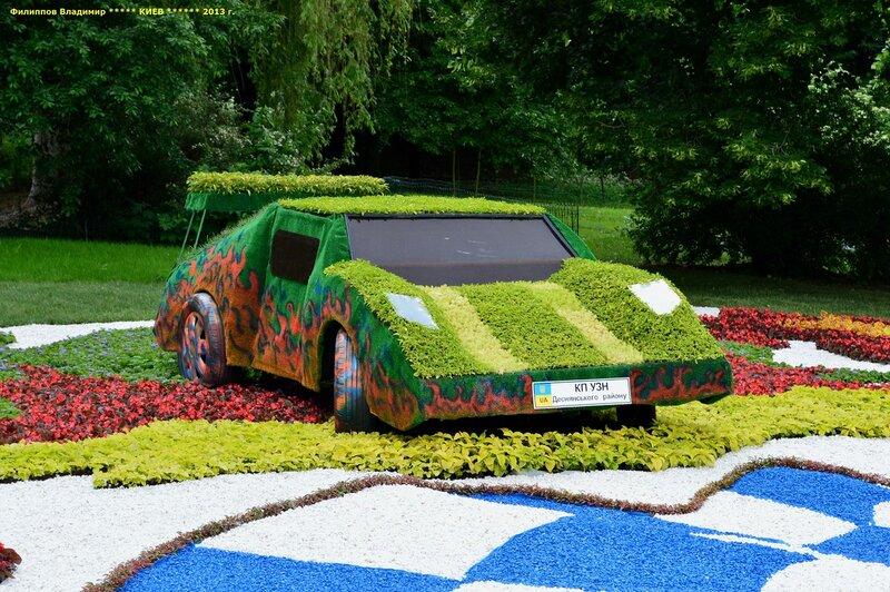 Выставка зеленых автомобилей.