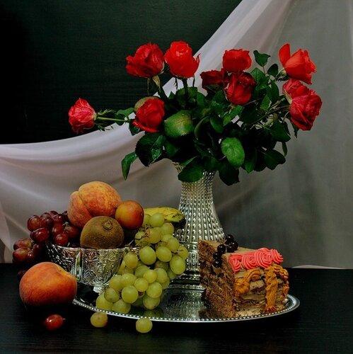 Розы, фрукты, пироженое - все ждет вас открытка поздравление рисунок фото картинка