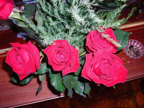 Розы с зеленью открытка поздравление картинка