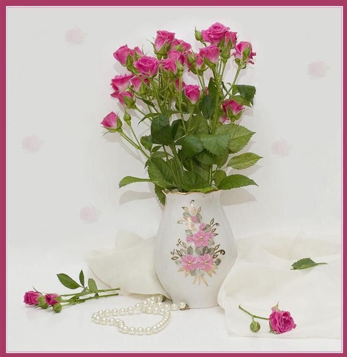 Букет роз в вазе, часть - на столе