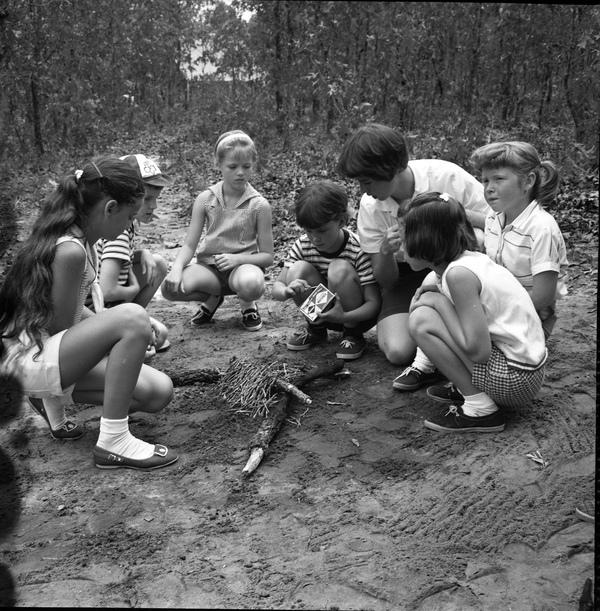 Дети учатся разводить костер, 1960.    21. Если купаться, тодосиних губ