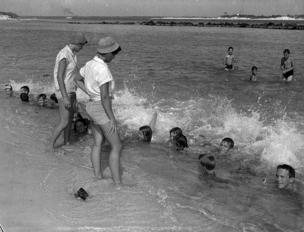 Уроки плавания, 1955.    22. Если есть арбуз, тонаперегонки