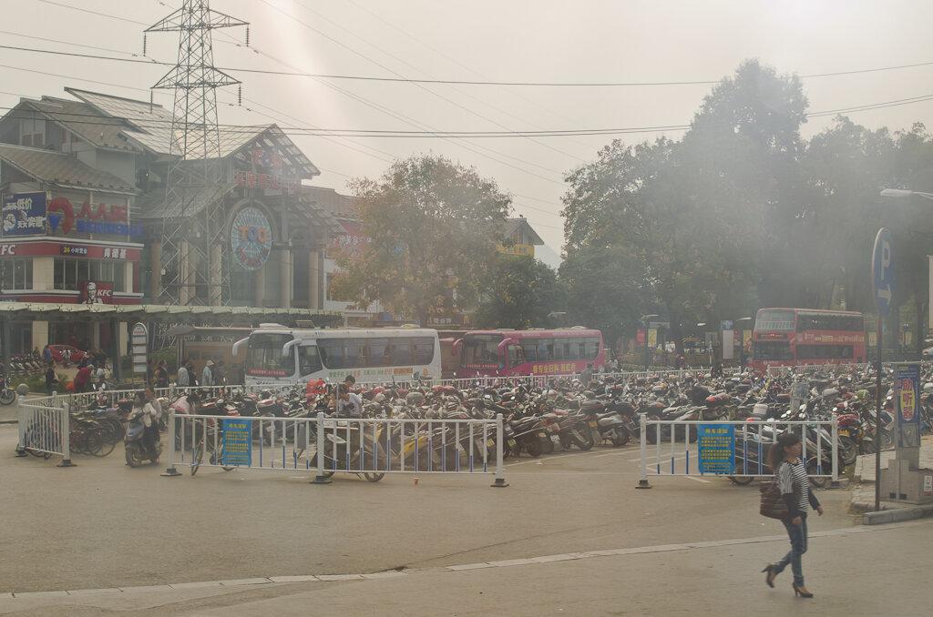 Фотография. Путешествие по Китаю самостоятельно. На улицах Гуйлиня много мототранспорта. Едем на автобусе в Яншо
