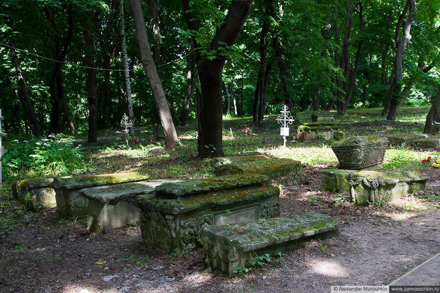 Надгробия у храма Усекновения главы Иоанна Предтечи в Коломенском
