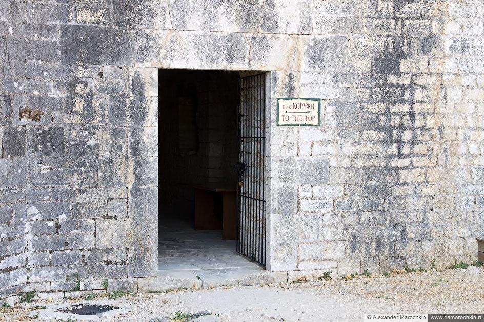На вершину  - указатель в Новой Крепости (Керкира, Корфу, Греция)