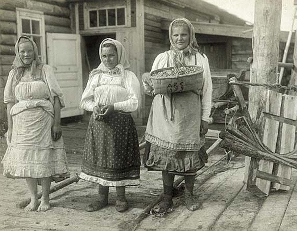 Молодые женщины в повседневной летней одежде