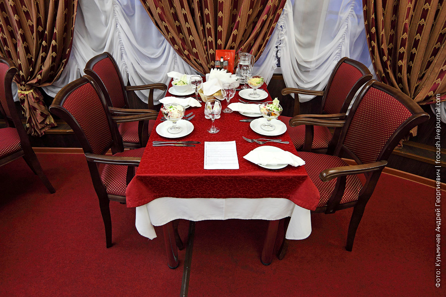 столик в ресторане теплохода «Василий Чапаев» перед началом ужина