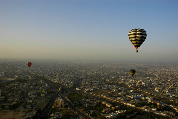 Воздушные шары парящие над городом Пушкар