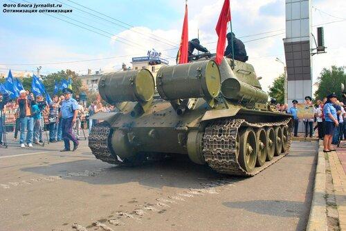 По Луганску ездил отреставрированный танк Т-34-85
