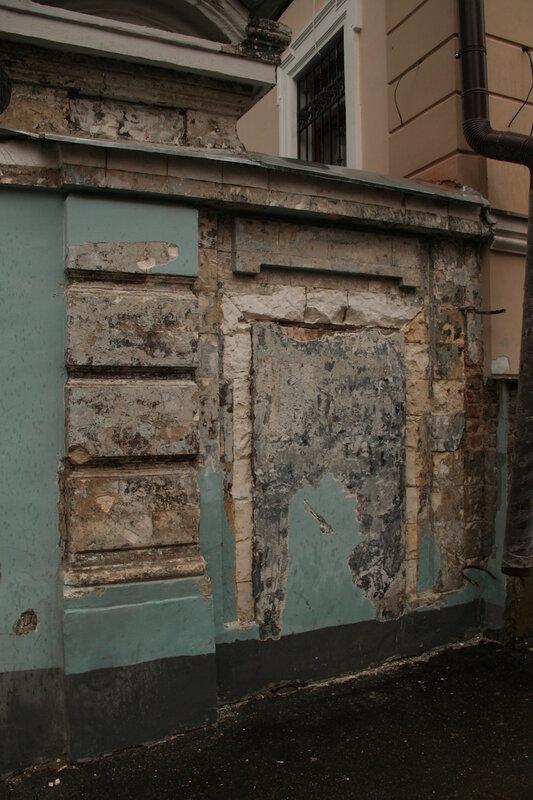 В 5. Малом Ивановском срубается декор белокаменных ворот 19 века. 23.05.2013