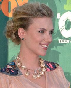 Actress Scarlett Johansson arrives at the 2008 Teen Choice Award