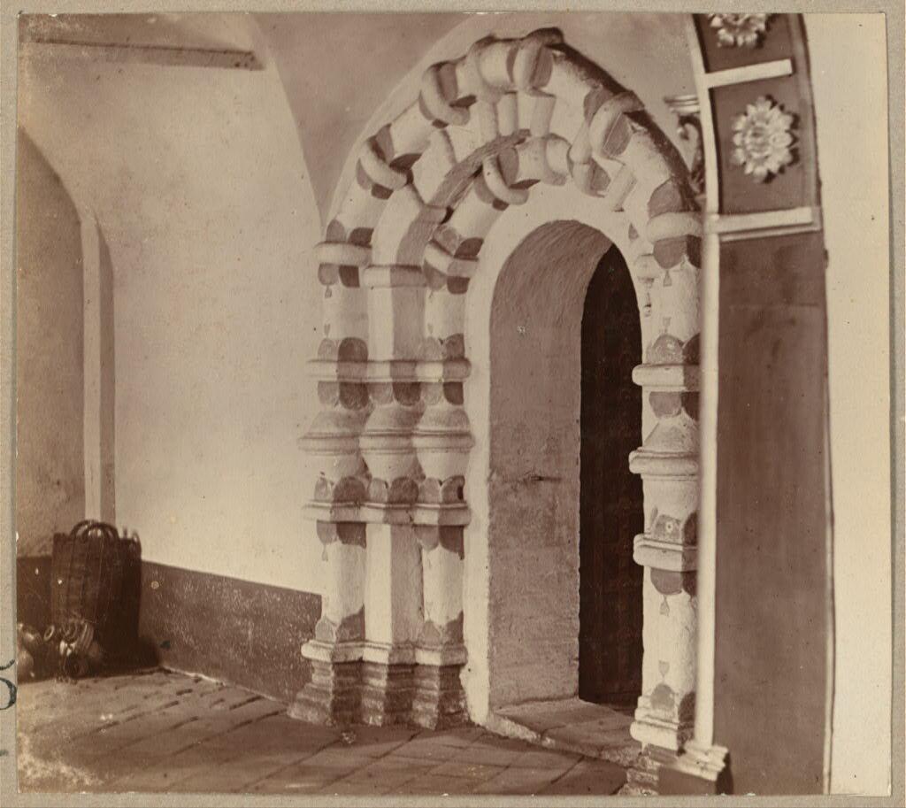 Двери из придела в средний храм церкви Воскресения