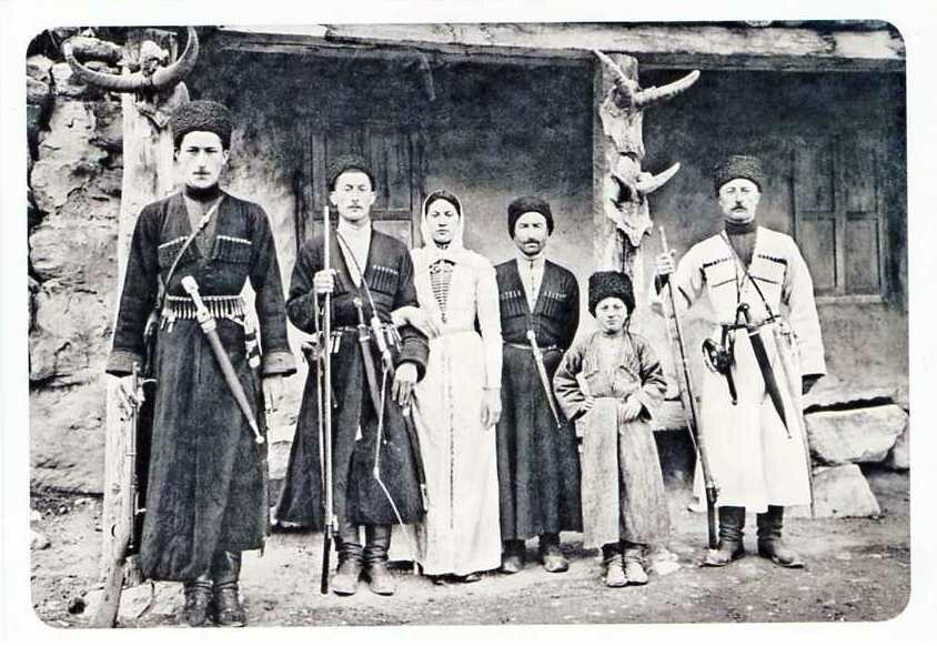 Семья таубия Суншева. Хуламо-Безенгийское ущелье. 1916.