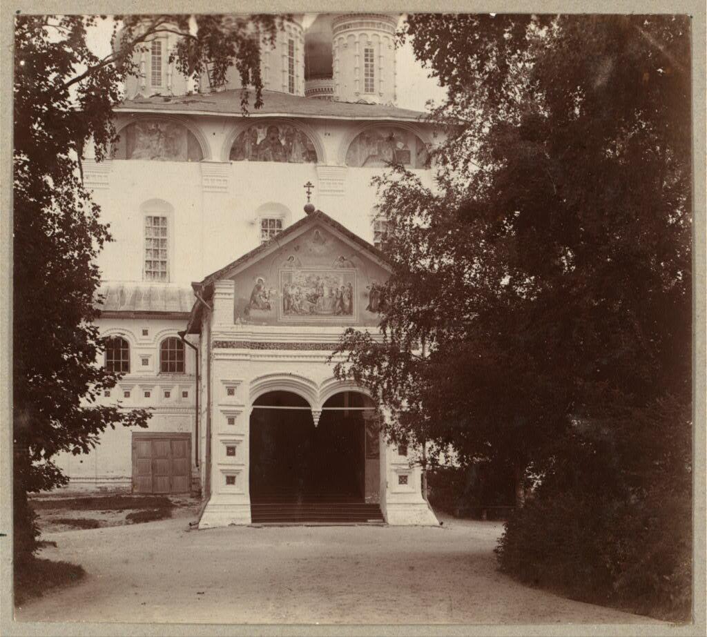 Вход в храм Введения Пресвятой Богородицы в Толгском монастыре. 1910.