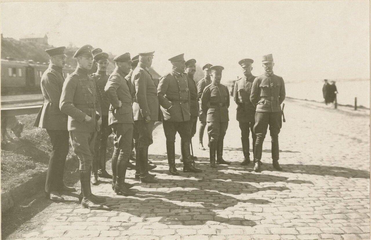 Таганрог. Солдаты позируют для фото на приморском бульваре
