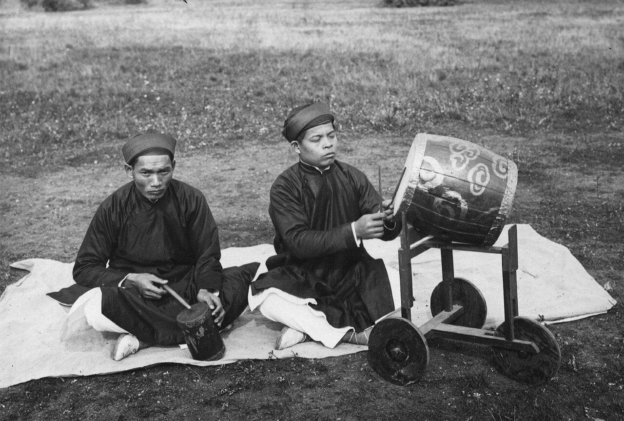 Тонкин. Барабанщики Tай Ком (слева) и  Чонг Ком (справа)