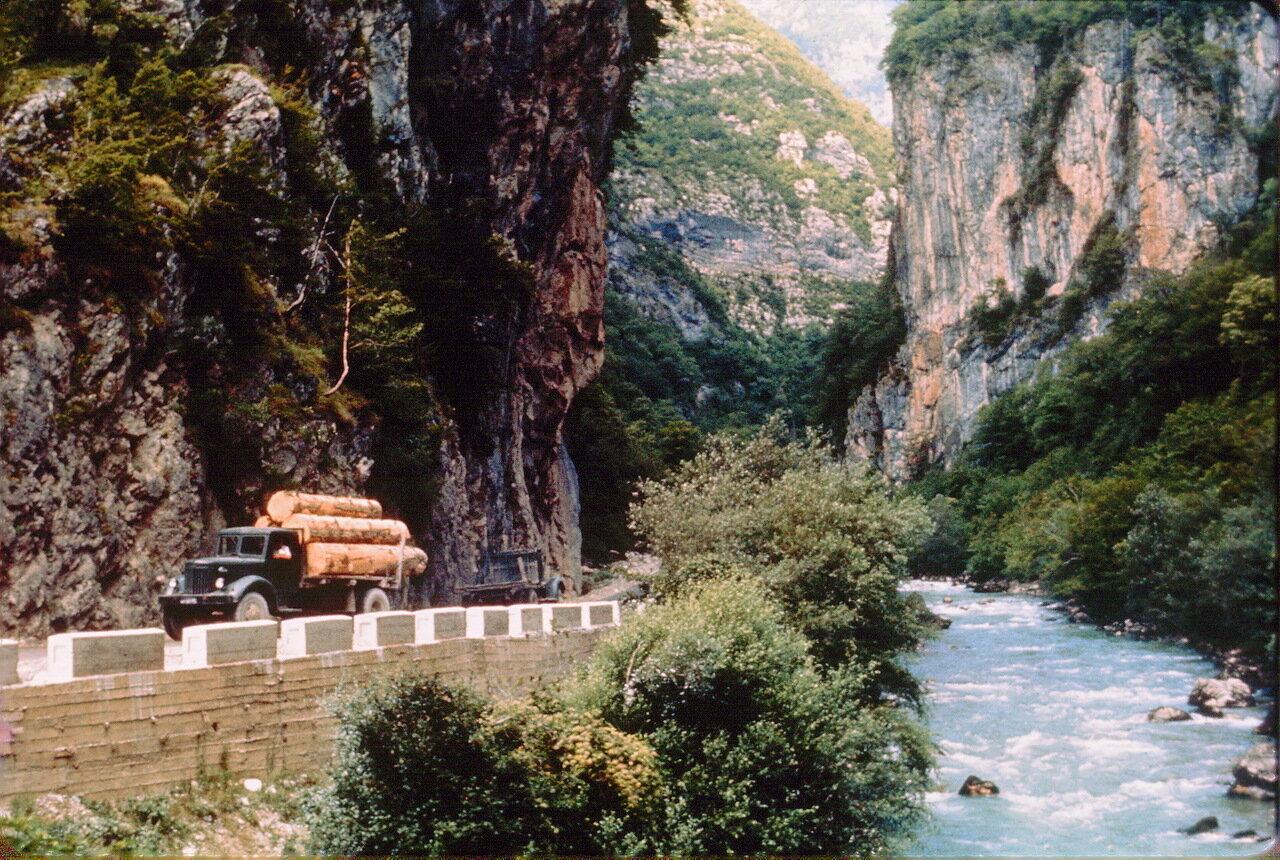 Лесовоз МАЗ-200 в абхазском ущелье Гега