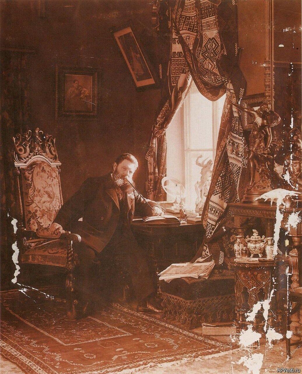 М. П. Дмитриев. Автопортрет с трубкой.