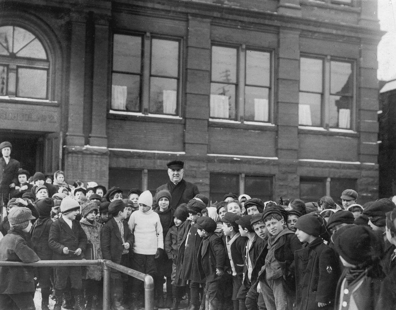 Дети из школы № 2 в Итальянском квартале отправляются на сезонные работы. 1938