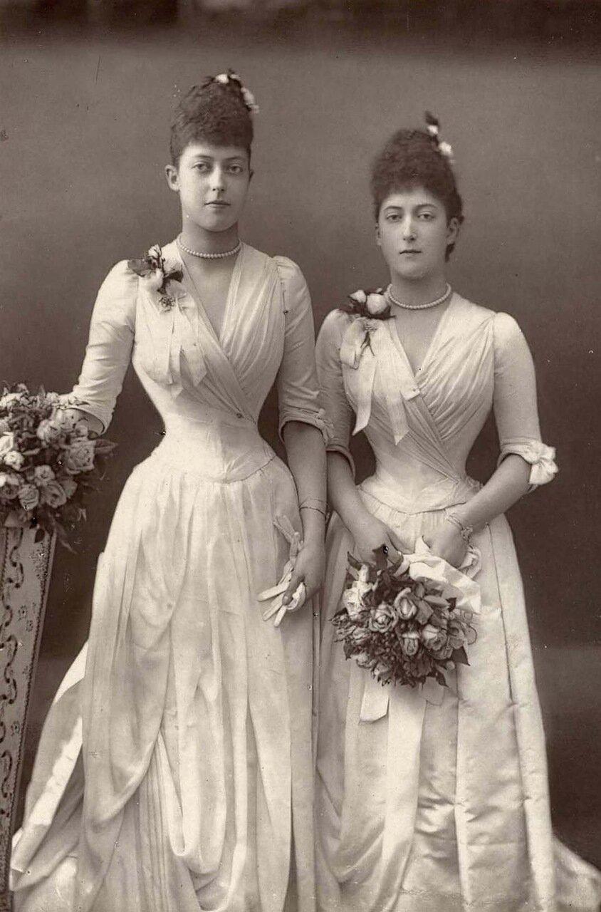 Принцесса Виктория, 1868-1935, и принцесса Мод, 1869-1938. Дочери Эдварда VII и сестры Георга V. Виктория никогда не вышла замуж, в то время как Мод стала королевой Норвегии