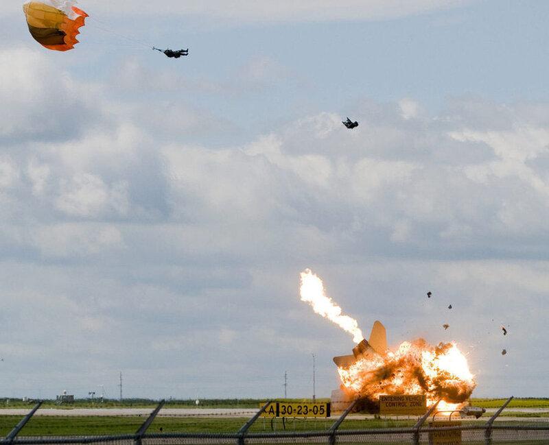 Пилот катапультируется за мгновения до крушения самолета. Альберта, Канада.