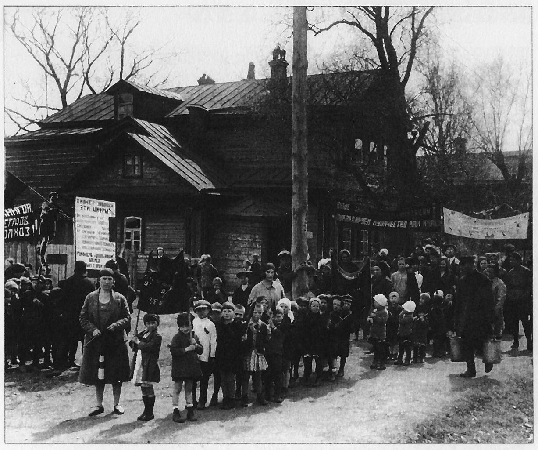Демонстрация деток и их учителей -комсомолок, за полное раскулачивание  в СССР, (между 1929-1934)
