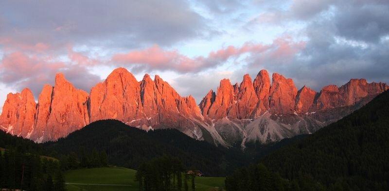 Розовеющие на закате горные хребты (Италия)