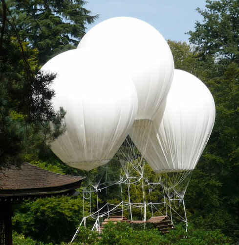 Необычный мост с воздушными шарами