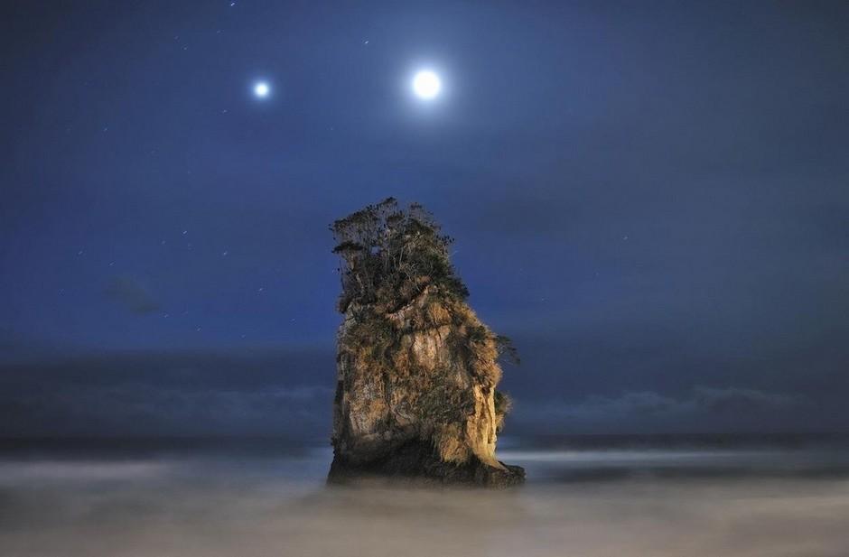 Юпитер и Луна в небе над скальным образованием, Китаибараки, Япония