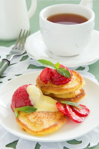 Pancakes with strawberries, strawberry sorbet and vanilla sauce.