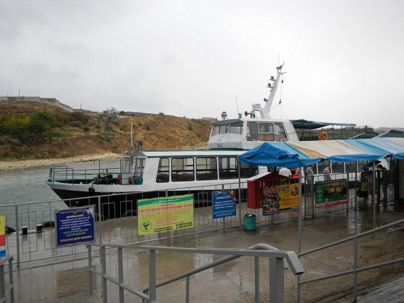 Морской трамвайчик через артбухту у причала на Северной стороне