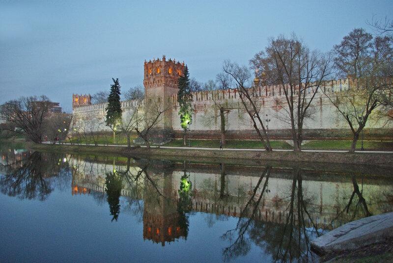 У стен Новодевичего монастыря