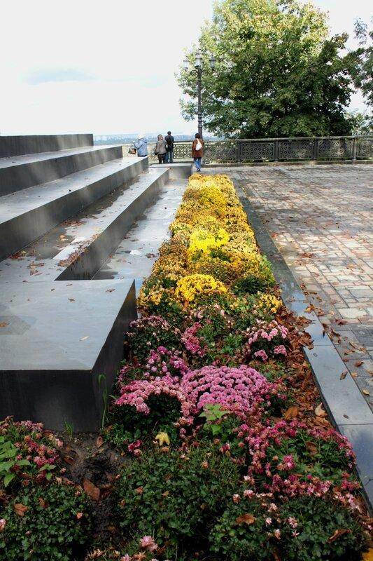 Цветы у подножия памятника Владимиру Крестителю