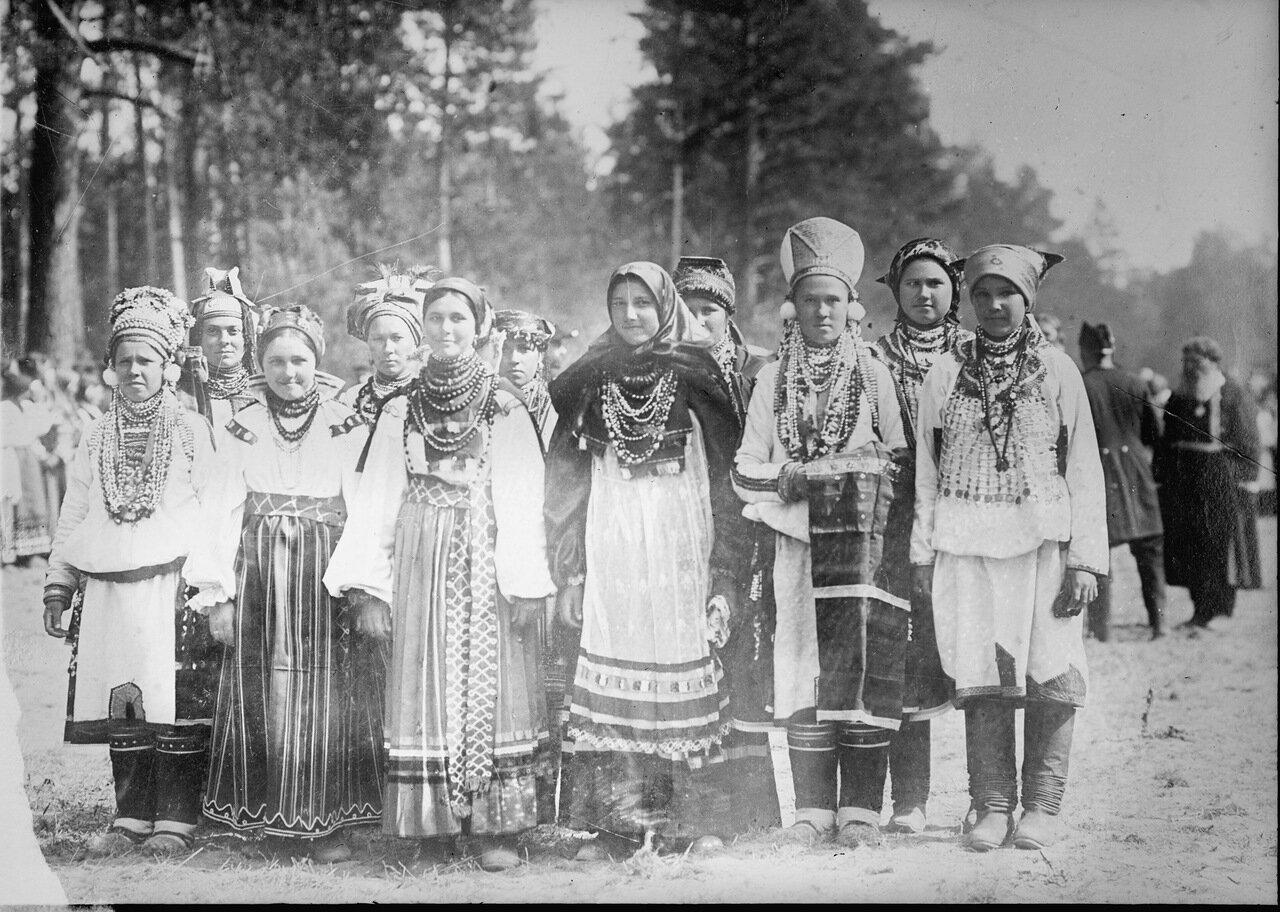 Русские девушки в крестьянском праздничном наряде