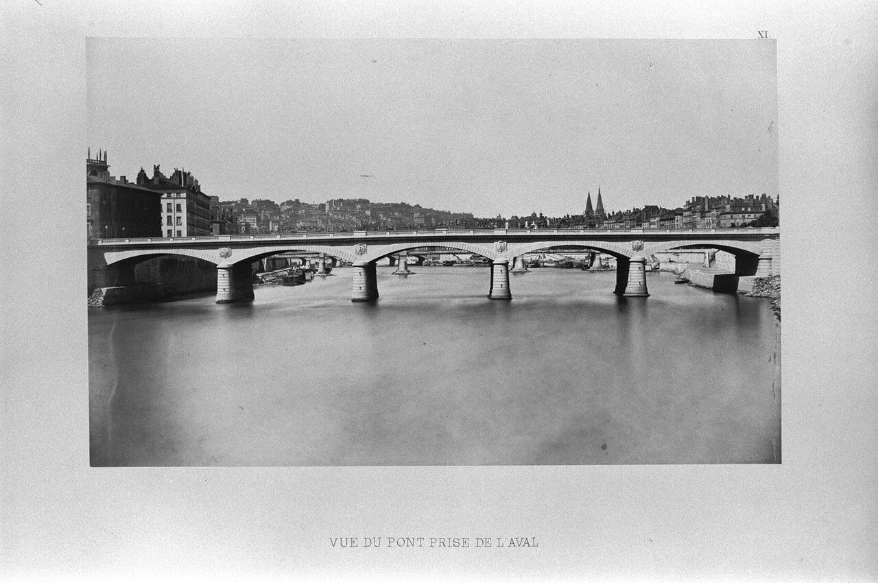 Вид на мост вниз по течению