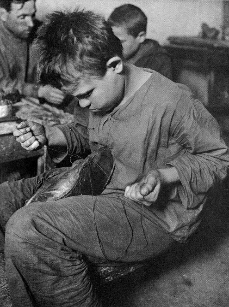 В обувной мастерской. 1925 год.
