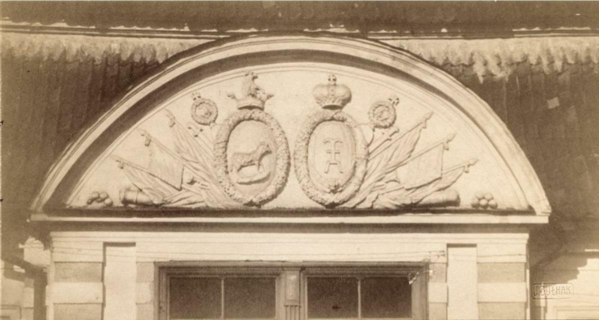 Дом на Мостовой улице.Фронтон