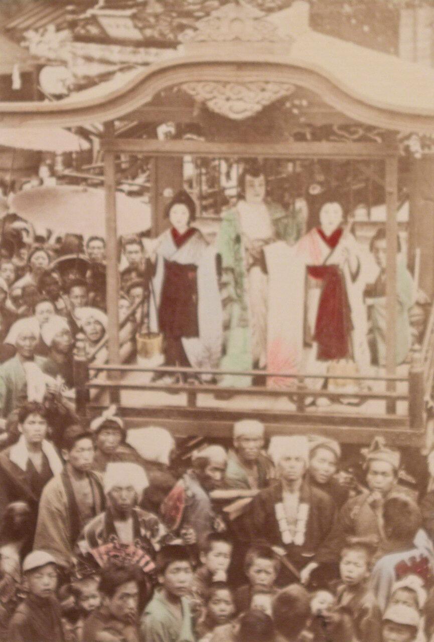 Девушки танцуют на пороге храма