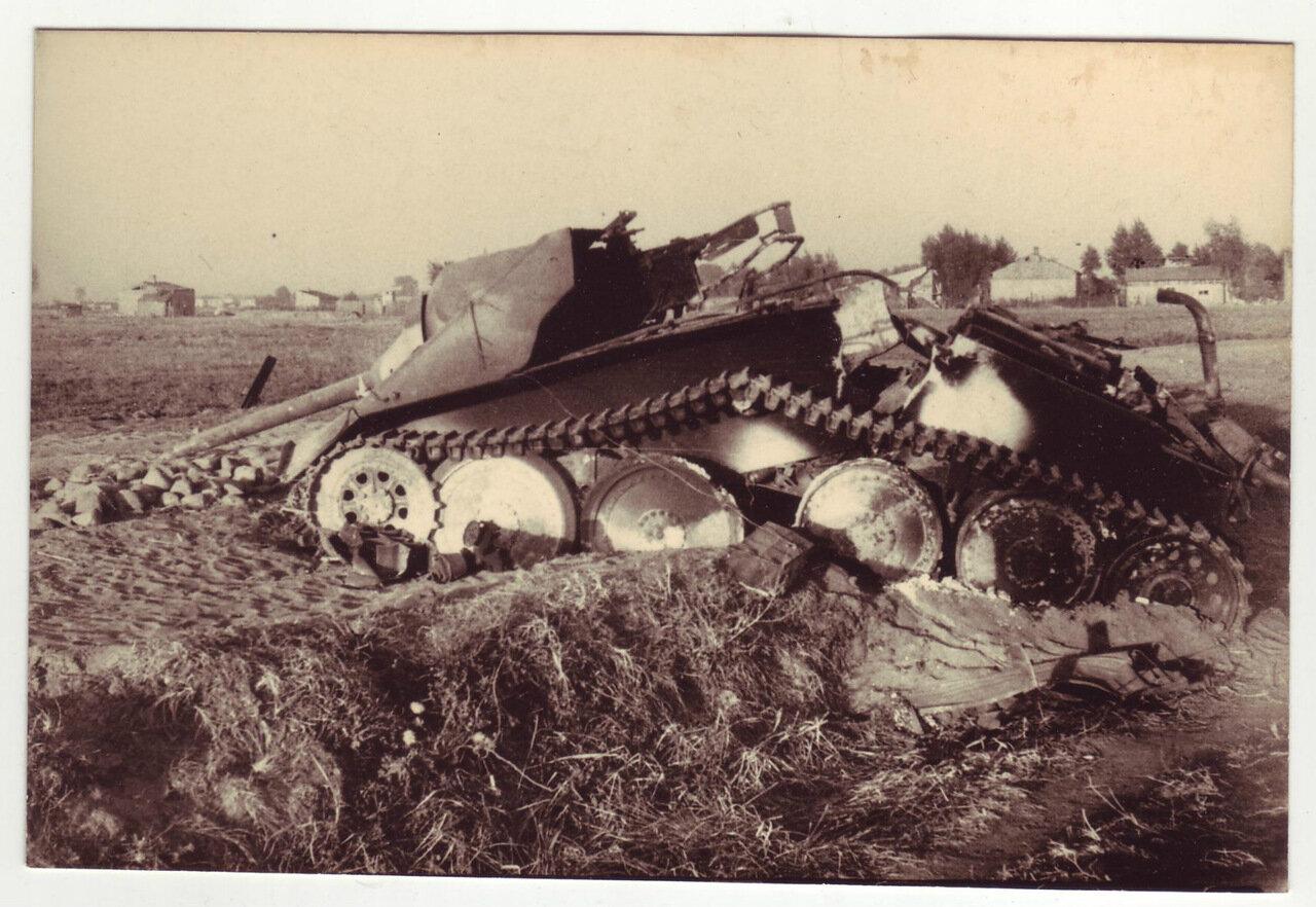 Немецкая легкая самоходка Хетцер после подрыва боеприпасов