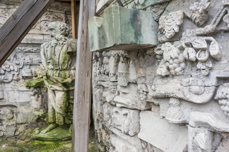 Резная белокаменная скульптура фасада Знаменской церкви в Дубровицах