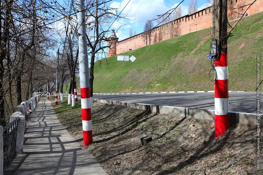 Бело-красные полосатые столбы в Нижнем Новгороде